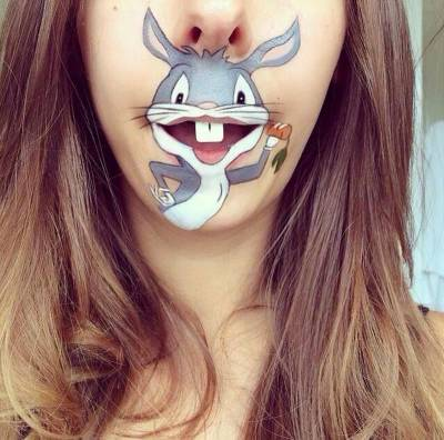 Laura Jenikison et la peinture sur la bouche