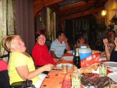 convivialité et fous rires autour d'une bonne table